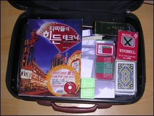 장병윤씨는 요즘 '기술' 자문을 위해 이 가방을 들고 다닌다. 장병윤씨는 요즘 '기술' 자문을 위해 이 가방을 들고 다닌다.